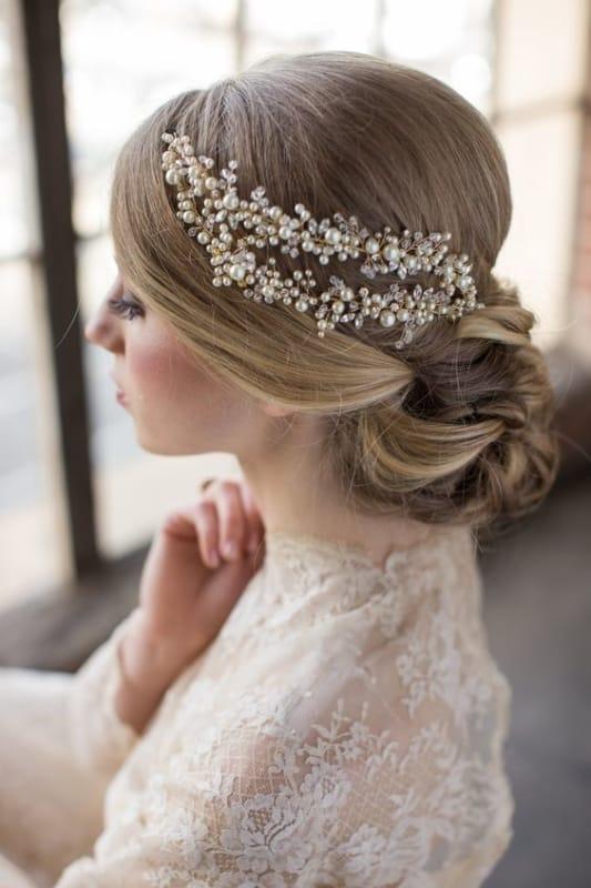 noiva com arranjo de pérolas no cabelo