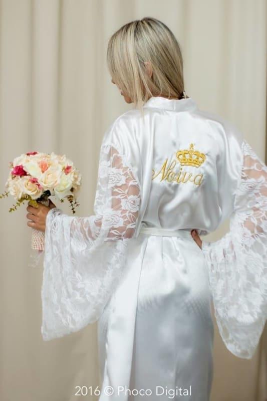 noiva com robe de mangas longas de renda