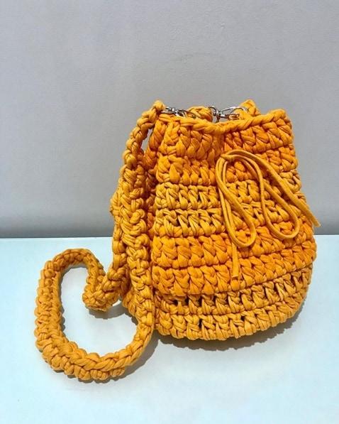 bolsa saco amarela em fio de malha