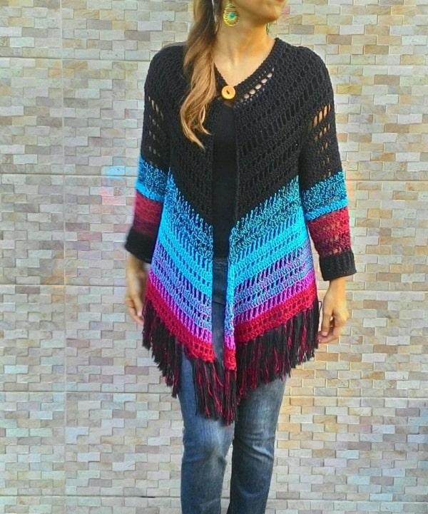 casaco de crochê colorido com franjas