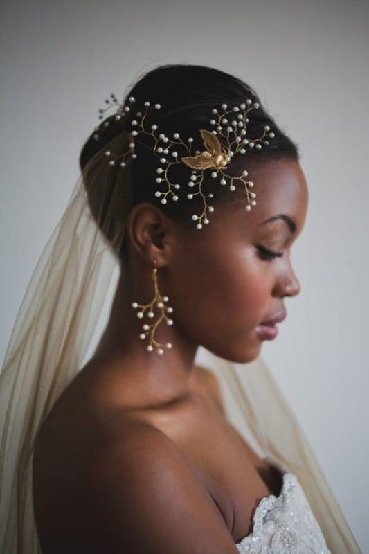 noiva com arranjo dourado e com pérolas no cabelo