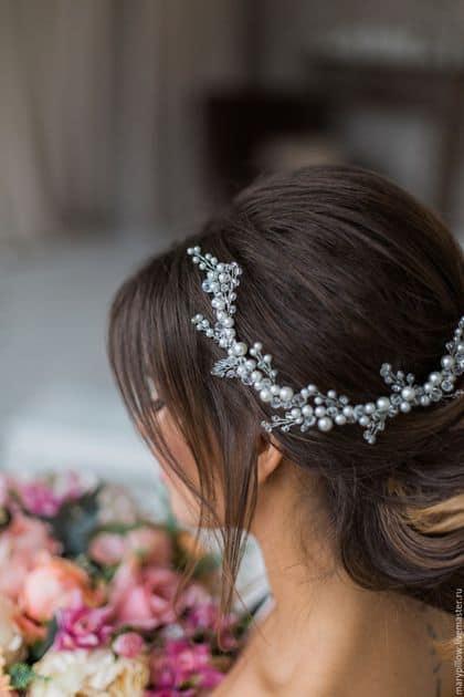 arranjo de cabelo prateado com pérolas para noiva