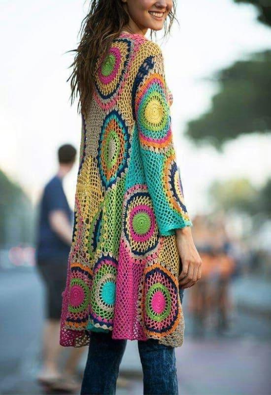 casaco colorido de crochê com manga longa