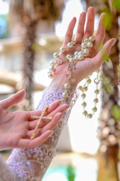 terço de noiva de pérolas com crucifixo dourado
