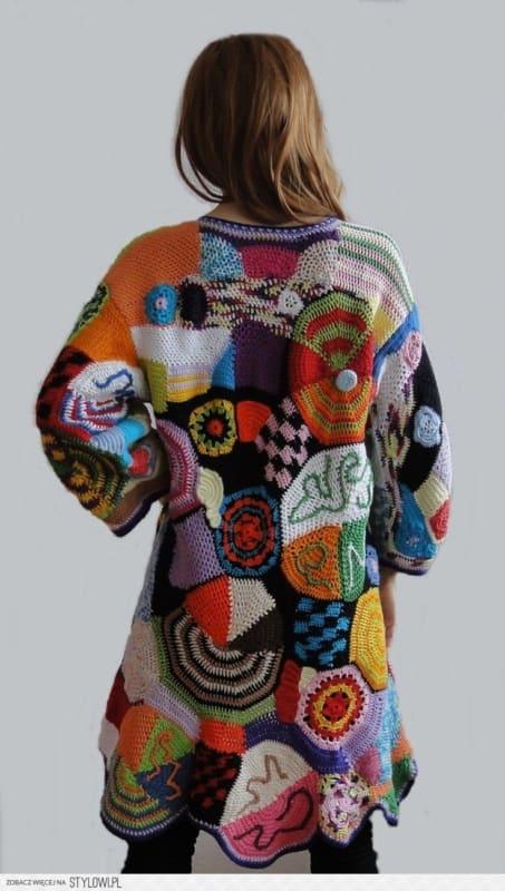 casaco de inverno colorido em crochê