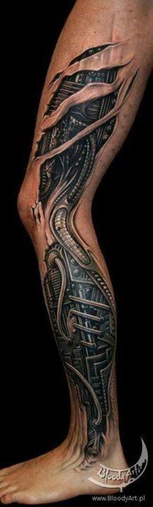 tatuagem biomecânica grande na perna