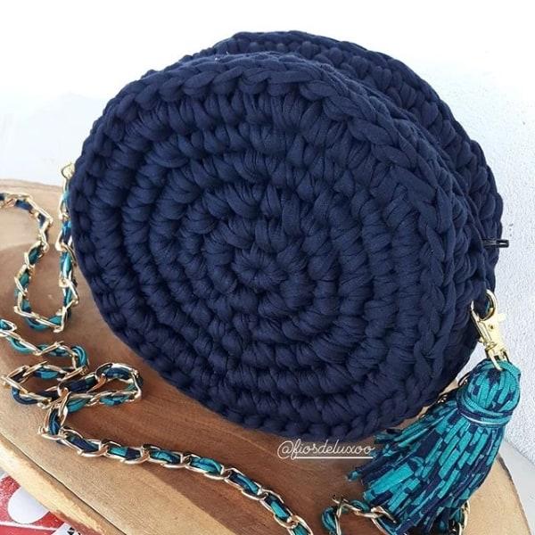 bolsa artesanal azul marinho em fio de malha