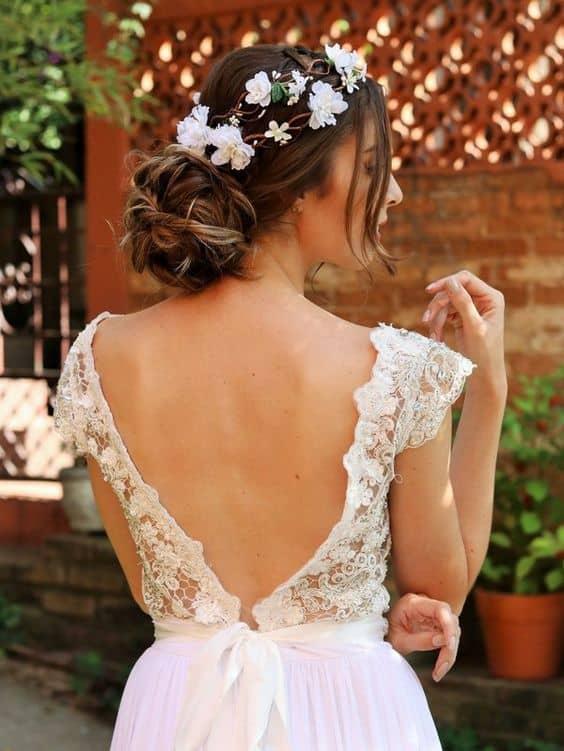 noiva com penteado preso e arranjo de flores brancas