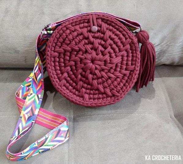 bolsa redonda de fio de malha com alça colorida