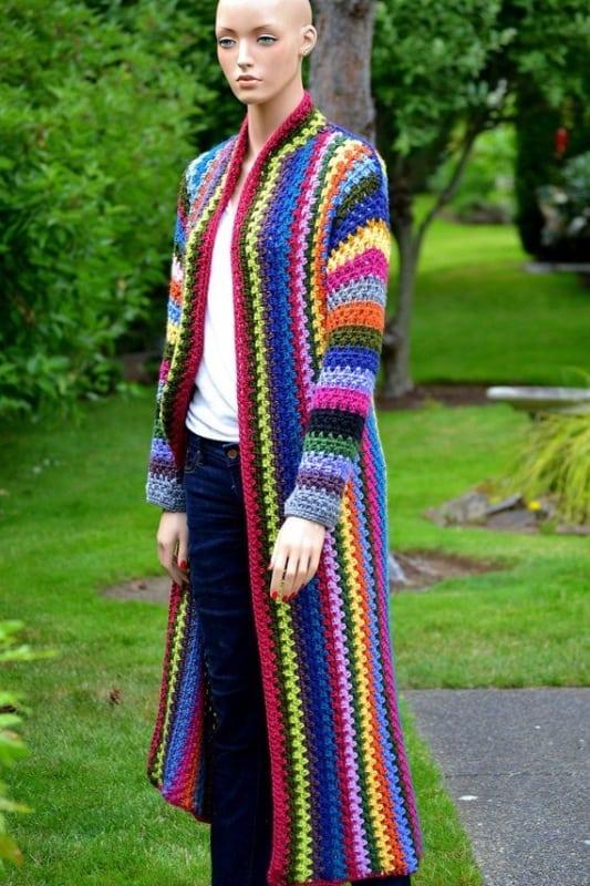 casaco de crochê com listras coloridas