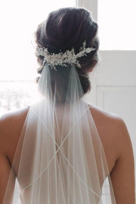 noiva com arranjo de cabelo e véu
