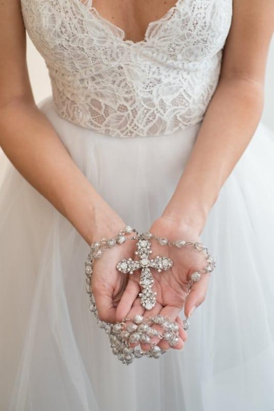 noiva com terço de prata