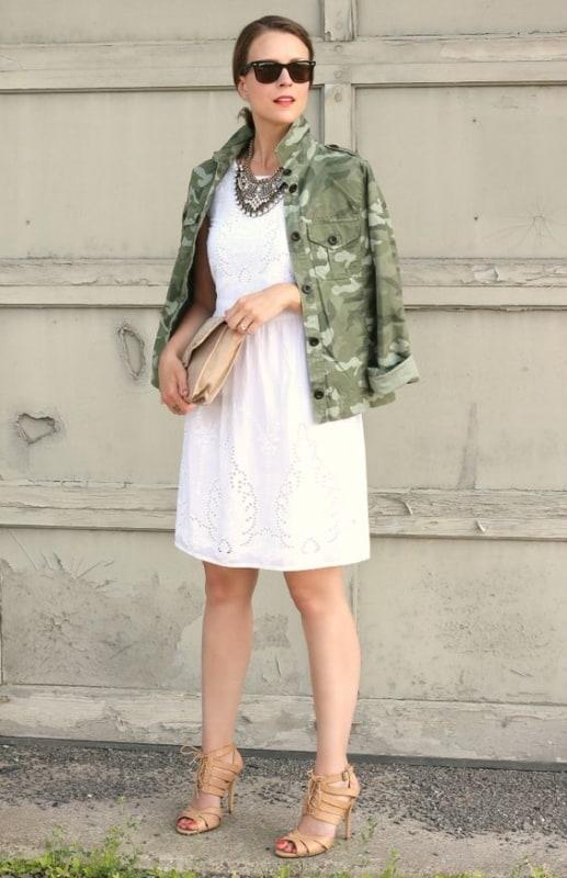 look com vestido branco e jaqueta camuflada