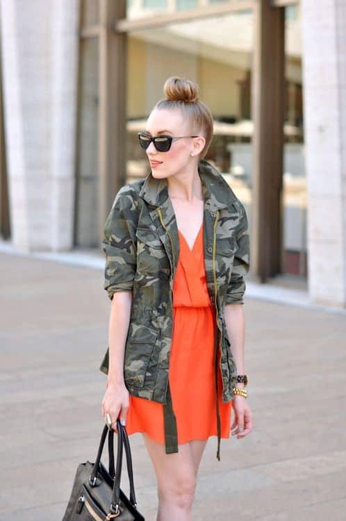 look com vestido colorido e jaqueta camuflada