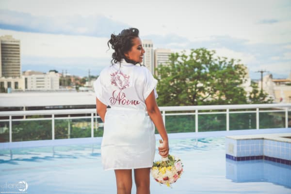 noiva com robe branco personalizado