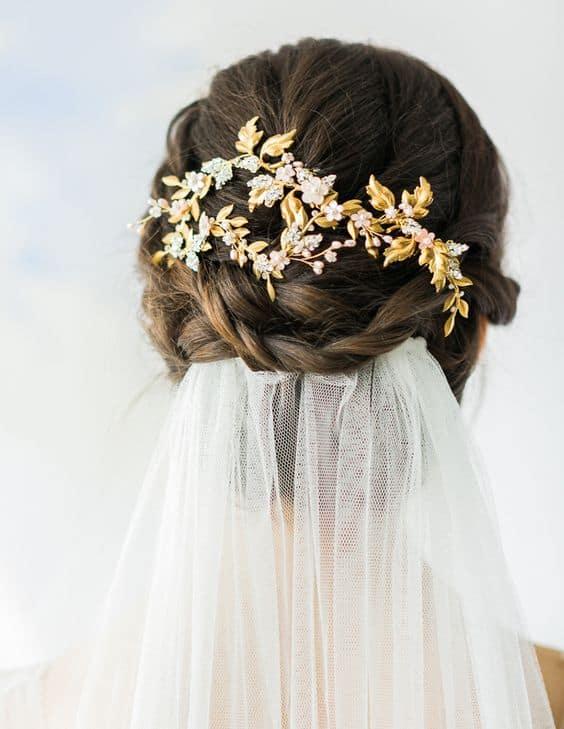 penteado de noiva com véu e arranjo de cabelo