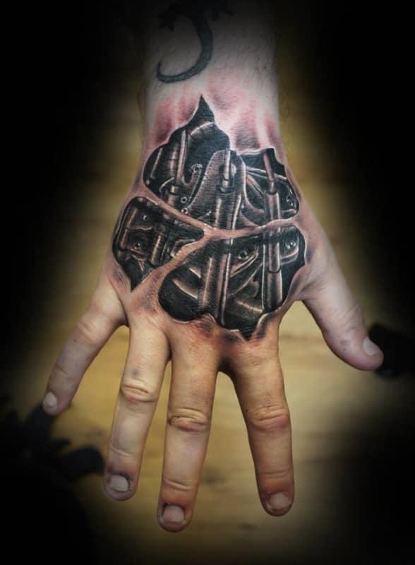 tatuagem biomecânica realista na mão