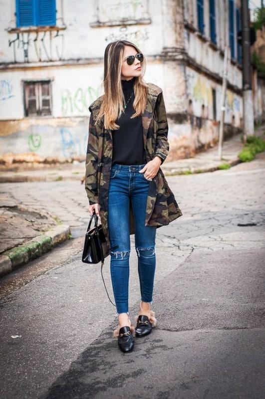 look com calça jeans e jaqueta camuflada longa