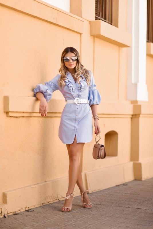 2 look de chemise curta com cinto e sandália de salto