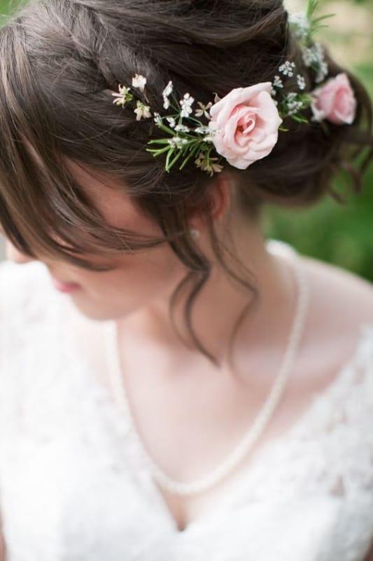 noiva com arranjo de rosas naturais
