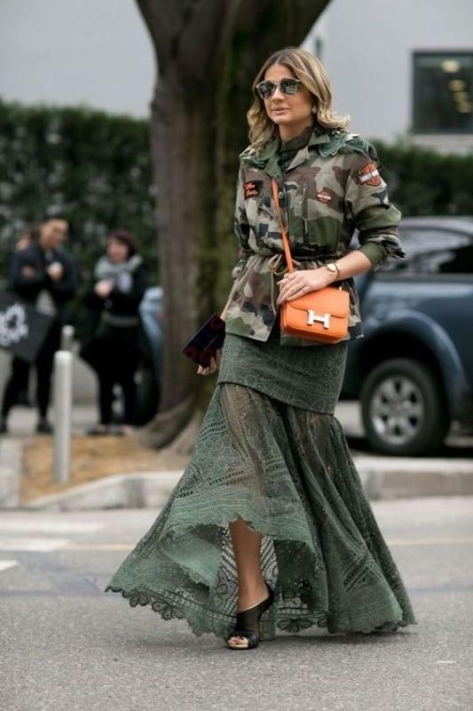 look com vestido longo e jaqueta camuflada