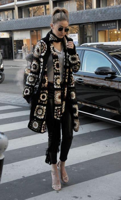 look fashionista com casaco de crochê