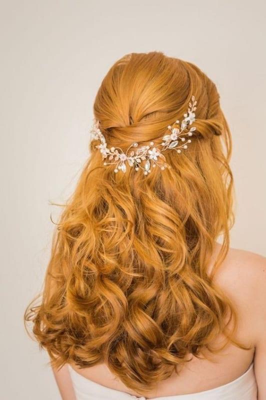 noiva com penteado semi preso e arranjo de cabelo delicado