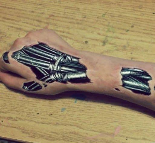 tatuagem biomecânia na mão