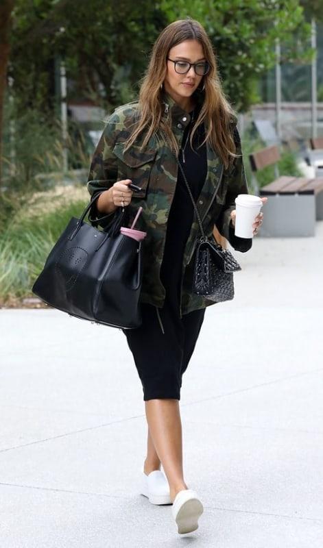 look com vestido midi preto e jaqueta camuflada