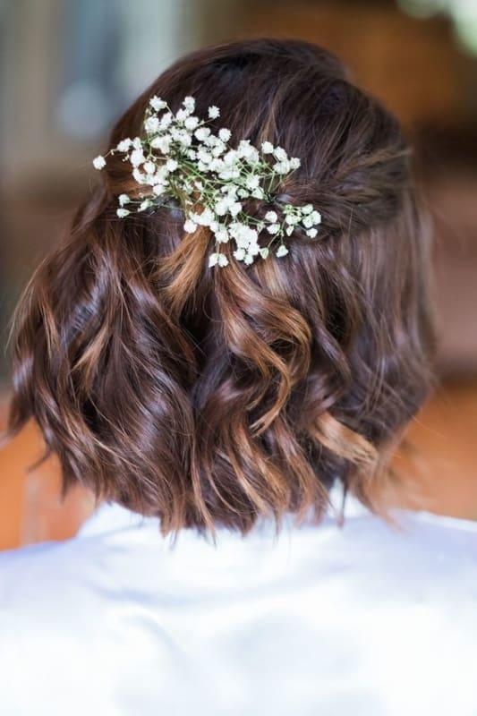 penteado de noiva semi preso para cabelo curto com arranjo de flores