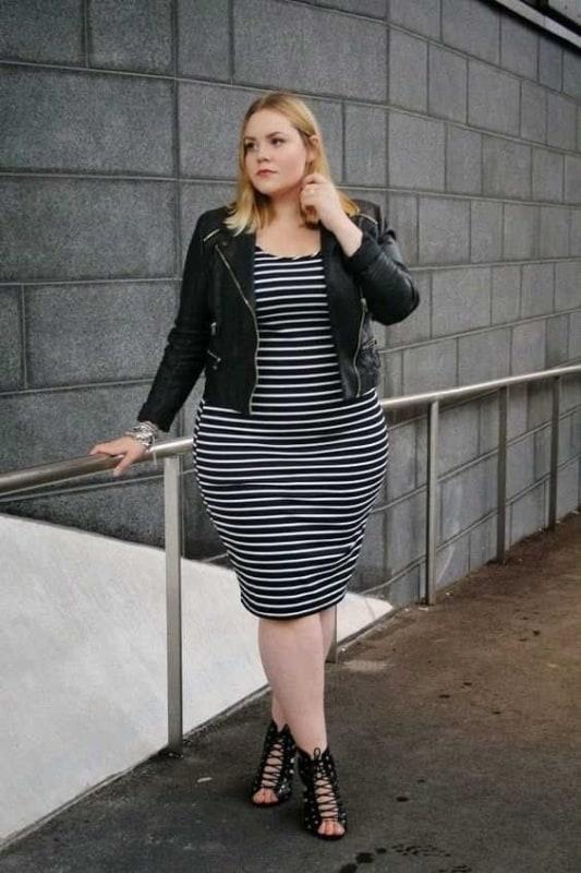 look plus size com vestido listrado e jaqueta de couro