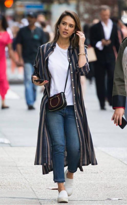 look com chemise de listras midi e calça jeans