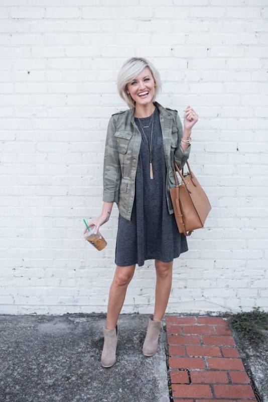 look com vestido cinza e jaqueta camuflada