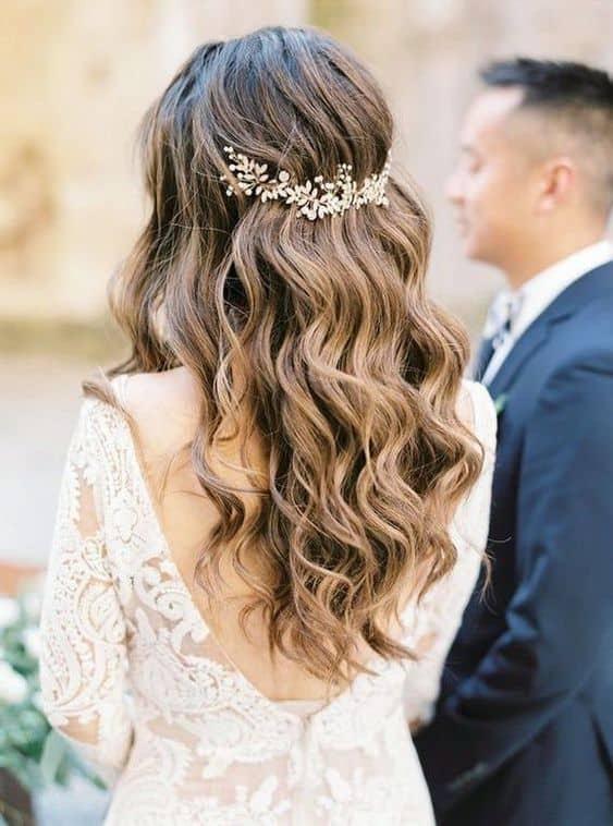 noiva com penteado solto e acessório de cabelo