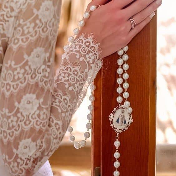 terço de noiva com pérolas e santa