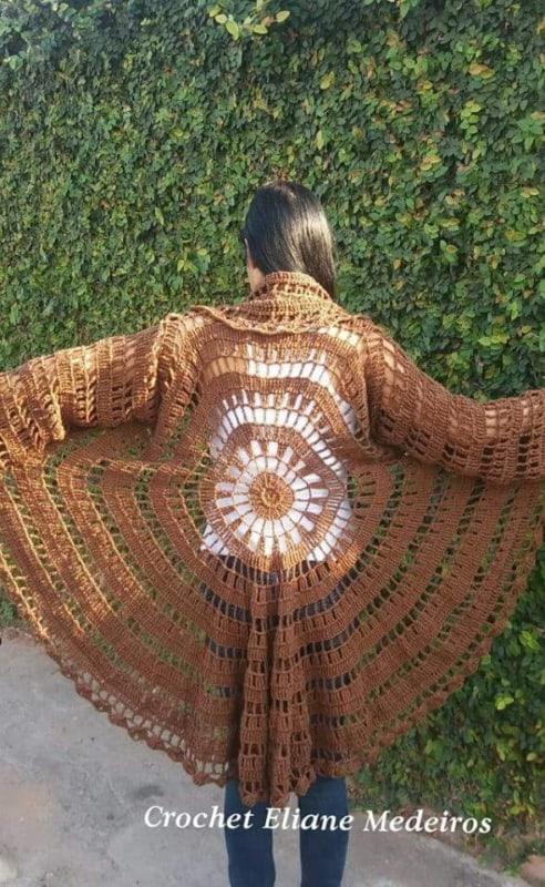 casaco circular marrom de crochê