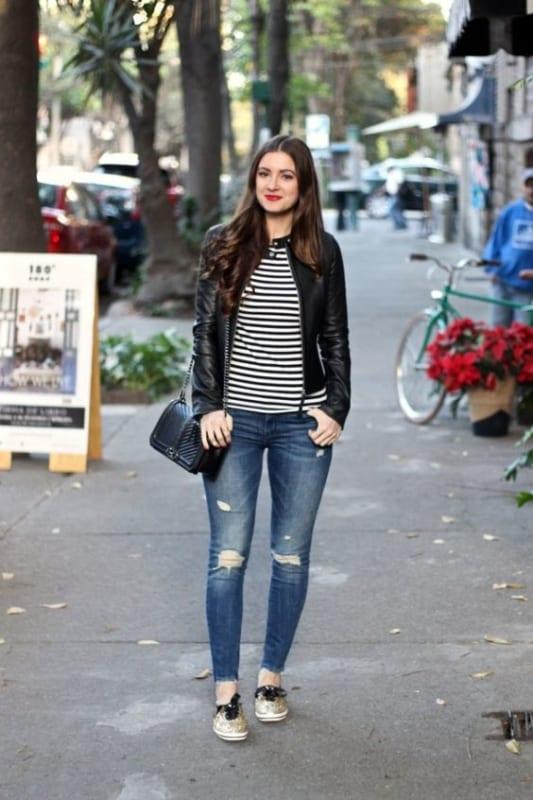 look com calça jeans e tênis de glitter dourado
