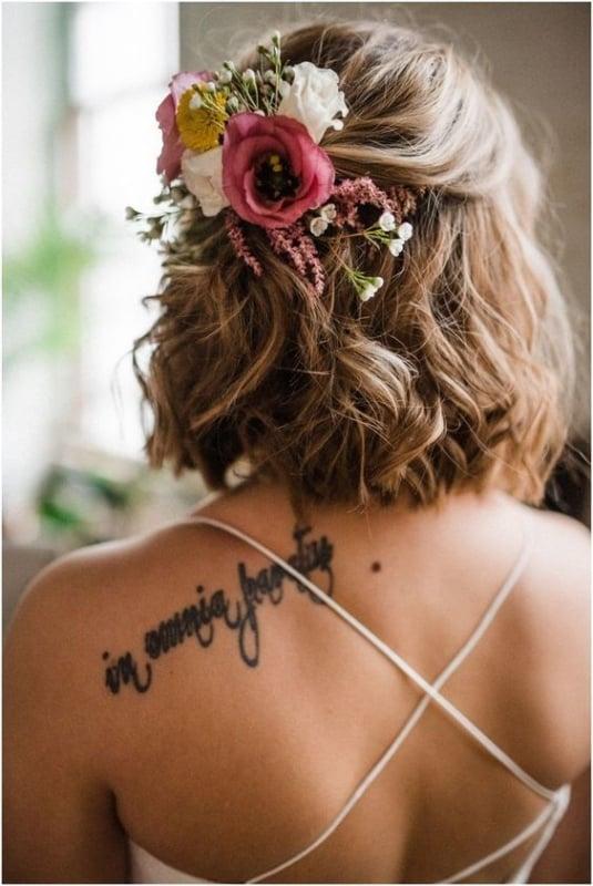 noiva de cabelo curto com penteado solto e arranjo de flores
