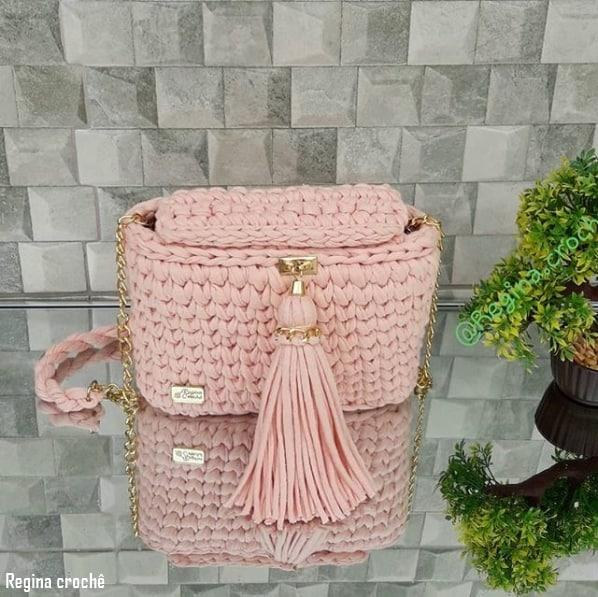 bolsa rosa e pequena em fio de malha