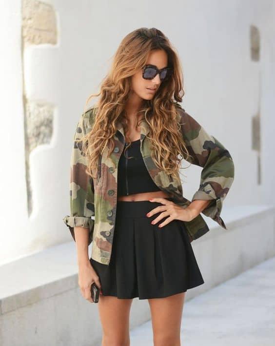 look com saia preta curta e jaqueta camuflada