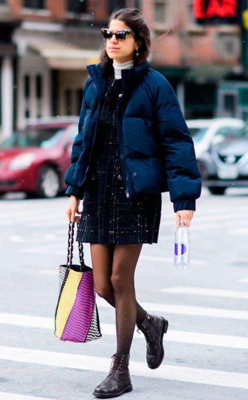 look de inverno com vestido e jaqueta puffer azul