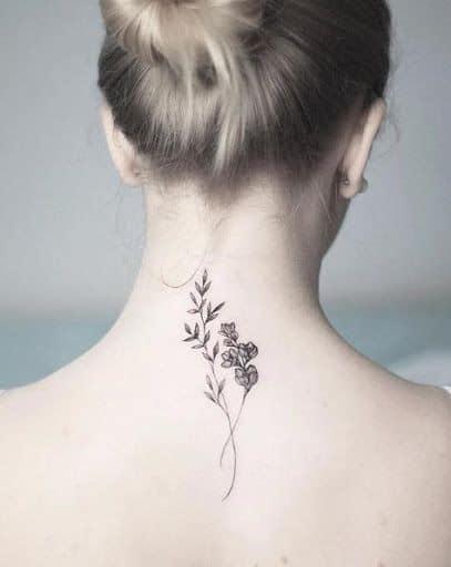 tatuagem feminina com ramos de flores