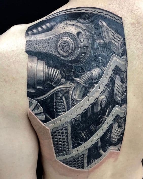 tatuagem grande e futurista nas costas