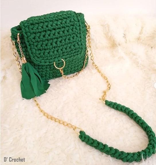 bolsa artesanal verde e pequena com alça de corrente