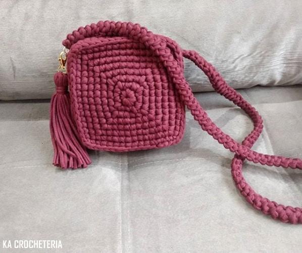 bolsa artesanal quadrada e pequena