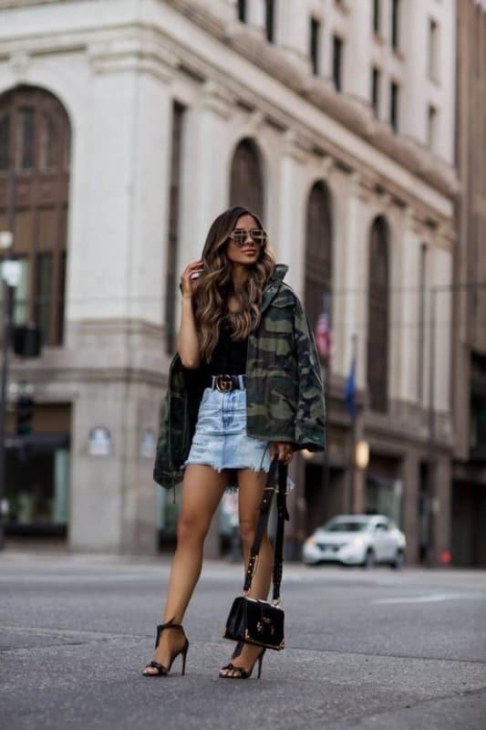 look com saia jeans e jaqueta militar camuflada
