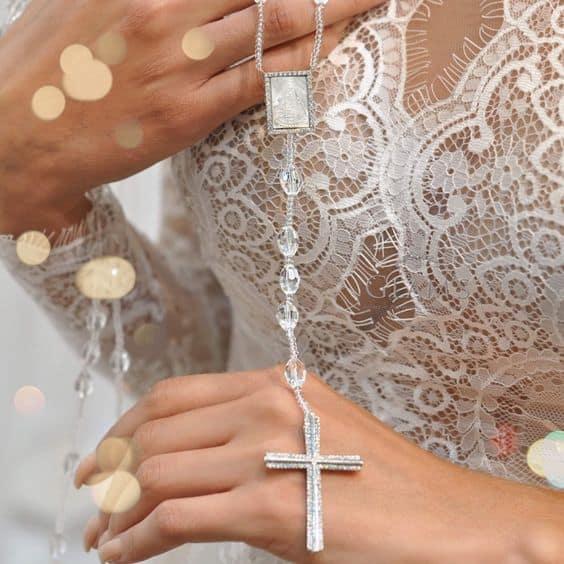 noiva com terço cristal delicado