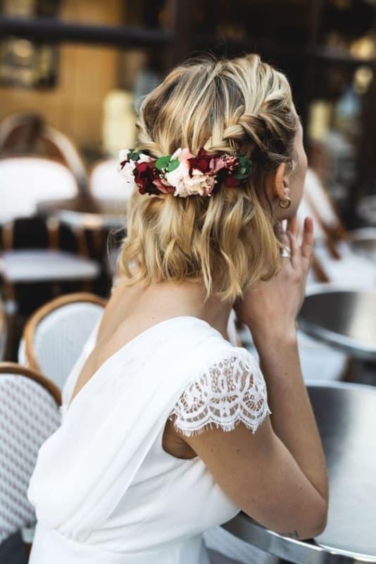 noiva com arranjo de flores naturais no cabelo