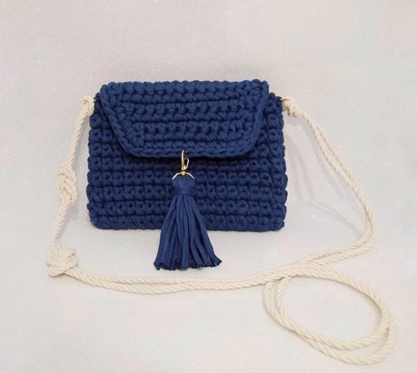 bolsa pequena de fio de malha com alça de corda