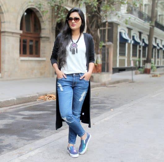 look com calça jeans e tênis slip on holográfico